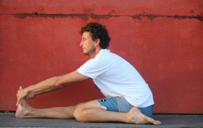 Triang mukha eka pada paschimottanasana : la posture en d'étirement d'une jambe avec trois membres en appuis au sol, un nom très long pour une posture qui peut paraître déroutante. […]